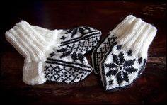 Små selbuvotter og sokker til nyfødt Gloves, Homemade, Winter, Crafts, Diy, Fashion, Do It Yourself, Moda, Manualidades