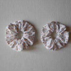 Chouchous blancs à fleurs orange pour coiffure