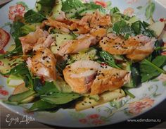 Рыба перед приготовлением должна быть комнатной температуры. Сердцевину огурца с семечками лучше выбросить — она слишком водянистая. Если нет шпината, возьмите любой салат, чем мельче будут листики...