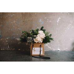 Bolsa de cartón con flores en tonos blancos - Sally L. Hambleton