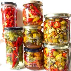 Nakládané chilli papričky Pickles, Cucumber, Salsa, Mason Jars, Diy, Food, Red Peppers, Bricolage, Essen