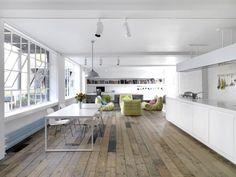loft-wohnung-einrichtung-dielenboden-weisse-kuechenzeile-esstisch