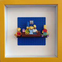 Einzigartige Lego Simpsons Mini Figuren Feld der Kunst mit Lego-Hintergrund und Couch.    Umfasst, Homer, Marge, Bart, Lisa und Maggie.    Abmessungen:    Breite: 25 cm  Tiefe: 4,5 cm  Höhe: 25 cm    Bitte überprüfen Sie meine andere Artikel sowie :)    -Brickzilla