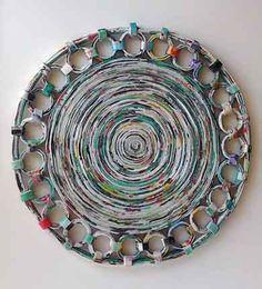 Sousplat ou base de quentes/travessas feito com jornal reciclado e impermeabilizado.