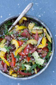Türlisch inspierierter Quinoa Salat mit milden Sumak-Zwiebeln (ein einfacher Trick, rohen Zwiebeln die Schärfe zu nehmen)