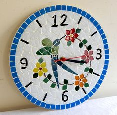 Relógio de mosaico feito com pastilhas de vidro.