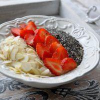Keeda kaerahelbed vee ja kohvikoorega tasasel tulel pehmeks.Maitsesta soovi korral kaneeli, vanilje, stevia ja killukese soolaga.Vahusta õrnalt munavalged.Keera pliidil kuumus maha ja vispelda munavalged pudru sisse.Lisa ka proteiinipudingu pulber.Lase puder veel korraks keema.Kaunista puder chia seemnete, mandlite ja maasikatega.