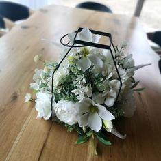 Dekoracja z białymi kwiatami w klatce Magnolia, Floral Wreath, Wreaths, Home Decor, Decoration Home, Room Decor, Magnolias, Bouquet, Flower Band