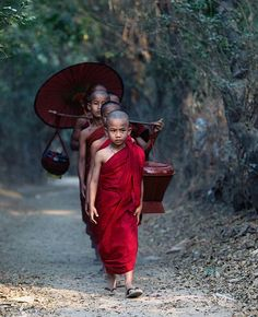 """BUDISMO - 5. Buda """" Logo atraiu um grupo de seguidores e instituiu uma ordem monástica. A partir de então, passou seus dias ensinando o darma, viajando por toda a parte nordeste do subcontinente indiano. Ele sempre enfatizou que não era um deus e que a capacidade de se tornar um buda pertencia ao ser humano. Faleceu aos oitenta anos de idade, em 483 a. C., em Kushinagar, na Índia."""" (Fonte: Wikipédia)   Monks (Myanmar) #treasuresoftheworld #beautifulpeople"""