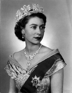 Queen Elizabeth II-wearing the diamond diadem tiara. Royal Tiaras, Royal Jewels, Young Queen Elizabeth, Princess Elizabeth, Die Queen, Queen Queen, Estilo Real, Royal Queen, Isabel Ii