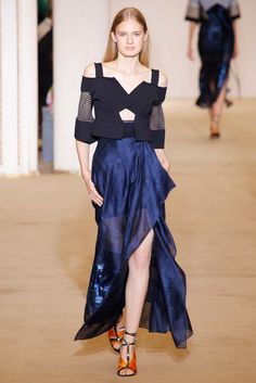 See the complete Roland Mouret Spring 2017 Ready-to-Wear collection.