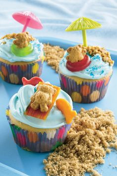 Teddy-at-the-Beach Cupcakes! Here's a fun way to end your day at the beach! Kids can help arrange teddy bear-shaped graham snacks on top of frosted cupcakes. see the life saver gummy rings? Yummy Treats, Sweet Treats, Yummy Food, Cupcake Party, Cupcake Cakes, Cup Cakes, Cupcake Decorating Party, Cupcake Decorations, Rose Cupcake