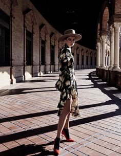 Vogue Spain March 2017 Andreea Diaconu by Miguel Reveriego - Fashion Editorials Fashion Photography Poses, Fashion Photography Inspiration, Fashion Poses, Fashion Shoot, Love Fashion, Editorial Photography, Fashion Tips, Vogue Photography, Photography Ideas