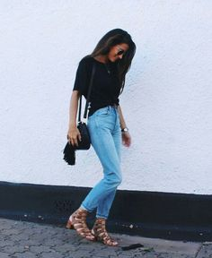 Simple outfit ideas: black tee with light wash denim jeans and gladiator block heel sandals. Love this easy and simple put together outfit. Street Style Outfits, Casual Outfits, Summer Outfits, Cute Outfits, Fashion Outfits, Womens Fashion, Casual Weekend Outfit, Teen Fashion, Blue Mom Jeans