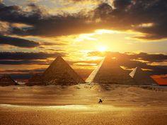 Las pirámides de Egipto son, de todos los vestigios legados por egipcios de la Antigüedad, los más portentosos y emblemáticos monumentos de esta civilización, y en particular, las tres grandes pirámides de Guiza, las tumbas de los faraones Keops, Kefrén y Micerino.