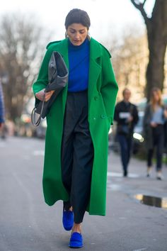 Experimented with Color Blocking On Day 3 of Paris Fashion Week On the street at Paris Fashion Week. Photo: Moeez/FashionistaOn the street at Paris Fashion Week. Fashion Mode, Look Fashion, Paris Fashion, Winter Fashion, Womens Fashion, Fashion Trends, Fashion Ideas, Cheap Fashion, Fashion Tag