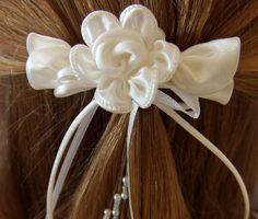 Haarspange in ivory zur Kommunion. Auf einer Haarspange habe ich Satinröschen angebracht. Kleine Perlen und Satinbänder fallen nach unten. Paßt auch gut zum hellen crem der Albe/Kutte. *****In...