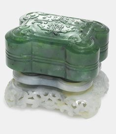 A SPINACH-GREEN JADE BOX AND COVER QING DYNASTY, QIANLONG PERIOD - Sotheby's