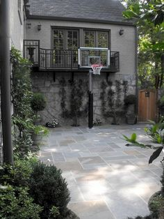 Side yard: The children wanted a basketball court, Mom wanted an outdoor yoga studio and Dad envisioned catered events in a distinctive garden. Flagstone Patio, Backyard Patio, Backyard Landscaping, Backyard Ideas, Backyard Sports, Modern Backyard, Outdoor Yoga, Outdoor Decor, Outdoor Rooms