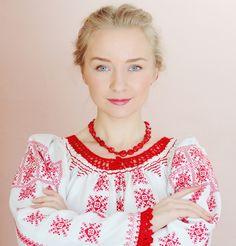 Silvia Floarea Toth, îmbrăcată într-o ie- creație proprie. Traditional Outfits, Romania, Yorkie, Ukraine, Russia, Ruffle Blouse, New York, Womens Fashion, Lithuania
