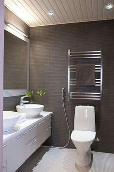 Tumma laattaa lattiaan? Seinään valkea/harmaa laatta + vaaleaa mosaiikkilaattaa Toilet Plan, Toilet Ideas, Modern Toilet, Bathroom Inspo, Bathroom Ideas, Bath And Beyond, Bathroom Toilets, Decor Interior Design, My Dream Home