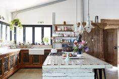 A cozinha desta casa maximalista australiana mistura cores com padrões rústicos e é inspirada no estilo dos anos 70.📷: alidaandmiller #revistacasaclaudia #decor #decoration #decoração #home #house #casa #homedecor #kitchen #cozinha