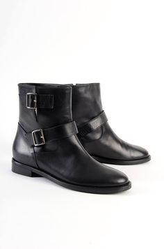 Biker basso in pelle con doppia fibbia e punta arrotondata. Tacco 3 cm. Euro 135. #nero #stivali #boots #diffusionetessile #AI13