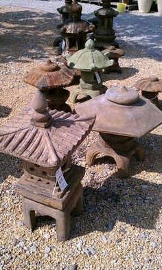 Pagoda lanterns Japanese Garden Lanterns, Japanese Stone Lanterns, Japanese Gardens, Dream Garden, Garden Art, Garden Design, Japanese Lighting, Stone Porches, Pagoda Garden
