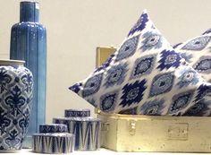 Decore em azul. Vasos decorativos, potiches e almofadas, para a casa da cidade ou da praia. Inspire-se ! Decorative Vases, The Beach, City, Throw Pillows, Trendy Tree, Blue, Houses