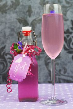 Veilchensirup selber machen Veilchensirup selber machen – Cocktails and Pretty Drinks Summer Drinks, Cocktail Drinks, Fun Drinks, Healthy Drinks, Cocktail Recipes, Alcoholic Drinks, Fall Recipes, Sweet Recipes, Kefir Recipes