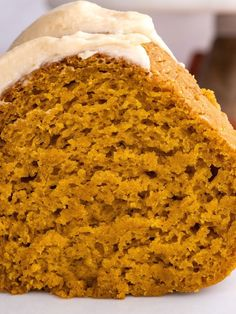 Picture of a slice of pumpkin bundt cake topped with caramel frosting on top of a white plate. Pumpkin Recipes, Cake Recipes, Dessert Recipes, Yummy Treats, Delicious Desserts, Fall Desserts, Pumpkin Bundt Cake, Cakes Plus, Caramel Frosting