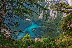 parque Gruner See Austria la nieve comienza a derretirse. El agua cae por las laderas de los cerros  el nivel del agua puede subir hasta 12 metros.