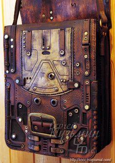 2 отделения, внутри 2 кармана + карман на передней стенке. Ремень регулируется по длине.
