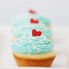 Red and aqua cupcakes. fav colors together. especially for valentines