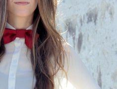 Corbatín para mujer de color rojo combinado con blusa blanca. #moda