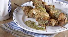 Κοτοσουβλάκια με πέστο κάπαρης και θυμαριού