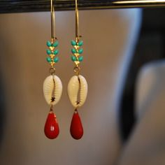 Boucles d'oreille chaine épis turquoise, coquillage cauri, séquins gouttelette émaillés couleur rouge