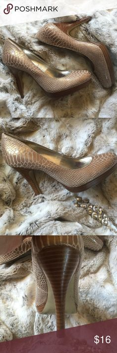 ☀️ Alfani Snakeskin Pumps Adorable snakeskin pump in shades of tan, with a light shine coat. Wooden heel and platform add character and style! Size 7.5. Small mark on left shoe, indicated in last photo- price reflective. Alfani Shoes Heels