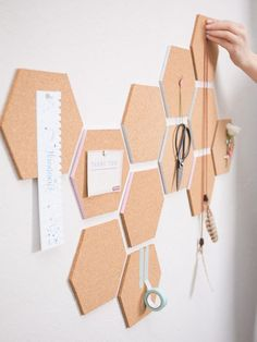 DIY-Anleitung: Waben-Pinnwand aus Kork selber machen / cork pinboard for your wo. - DIY-Anleitung: Waben-Pinnwand aus Kork selber machen / cork pinboard for your workspace, wall decora - Diy Wand, Mur Diy, Tumblr Rooms, Creation Deco, Diy Décoration, Diy Crafts, Diy Door, Design Crafts, Honeycomb