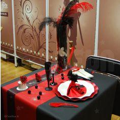 Ambiance moulin rouge avec une déco très rouge et noir
