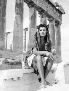 1956 ~ Sophia Loren at the Acropolis, Athens, Greece. Sophia Loren, Loren Sofia, Hollywood Icons, Old Hollywood, Classic Hollywood, Italian Actress, Italian Beauty, Parthenon, Marlene Dietrich