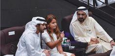 Mohammed bin Rashid bin Saeed Al Maktoum con sus hijos, Maktoum bin Mohammed y Al Jalila bint Mohammed bin Rashid Al Maktoum, viendo 'La Perle', Dubái, 23/09/2017. Vía: dubaimediaoffice
