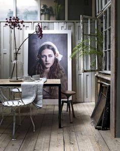Eetkamer met poster en houten vloer | Dining room with poster and a wooden floor | vtwonen 11-2017 | Fotografie Stan Koolen | Styling Marianne Luning