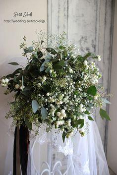 無造作風・小花のクラッチブーケ*流行に敏感な花嫁さまたちの間で人気の、無造作風クラッチブーケ。かすみ草