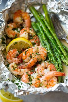 Shrimp and Asparagus Foil Packs with Garlic Lemon Butter Sauce - Cooking Classy Grilling Recipes, Fish Recipes, Seafood Recipes, Cooking Recipes, Cooking Videos, Cooking Foil, Cooking Tips, Prawn Recipes, Sauce Recipes