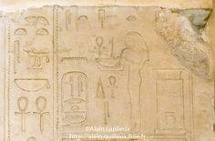 La déesse Satet devant le cartouche de Sésostris III. Médamoud.