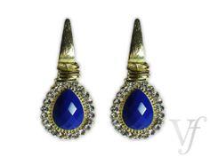 Brinco Dourado formato de gota com pedra na cor azul. Marca: Lúcia Bijoux. Dimensões: 5 cm altura X 3 cm largura.
