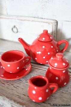 This is adorable! In my red and white kitchen I want a red and white teapot.
