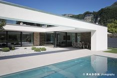 Bungalow House Design, House Front Design, Building Design, Building A House, Modern Villa Design, Modern Prefab Homes, Stone Facade, Flat Roof, White Houses