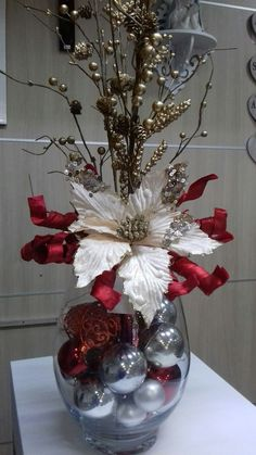 100 Creative Christmas Decor for Small Apartment Ideas Which Are Merry & Bright - Hike n Dip Even if you have a small Apartment, you can decorate it for Christmas. Here are Christmas Decor for Small Apartment ideas, that are cheap & budget friendly Christmas Vases, Christmas Flower Arrangements, Easy Christmas Decorations, Christmas Flowers, Christmas Centerpieces, Simple Christmas, Beautiful Christmas, Christmas Wreaths, Christmas Crafts